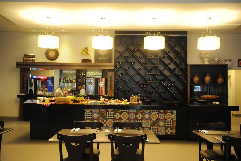 Para A área Do Bufê E Bar Foi Criado Um Destaque Especial, Valorizando,  Segundo O Arquiteto, O Que A Casa Oferece De Melhor.