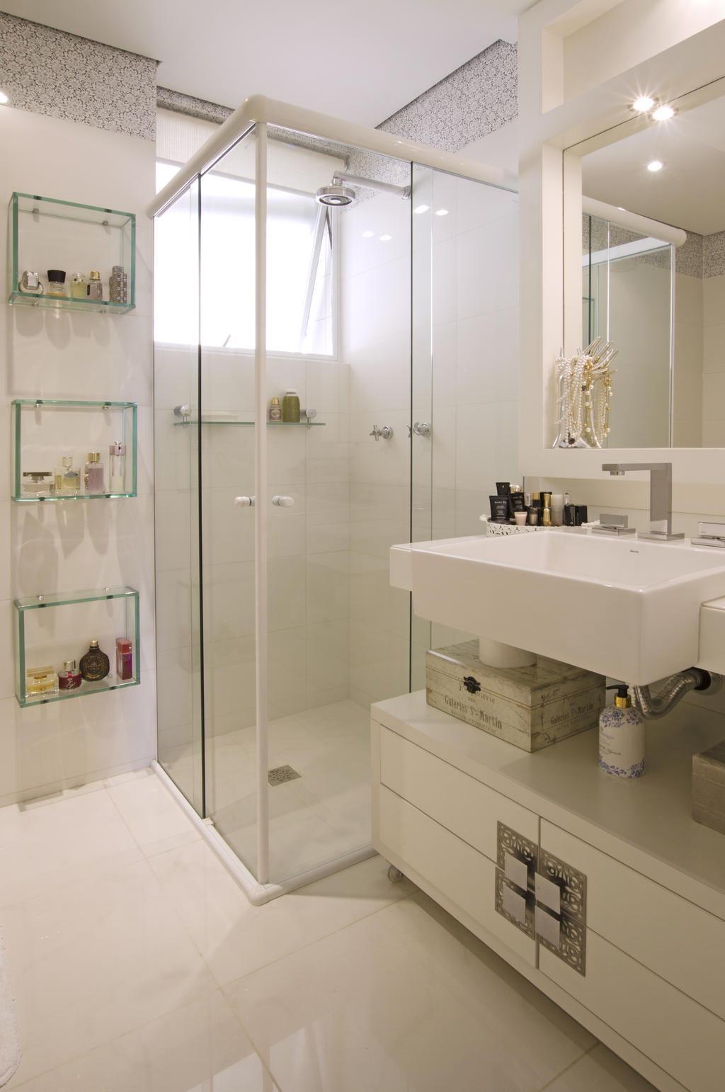 de vidro acomodam os vidros de perfumes coleção da cliente. Sob a #957636 1024x1542 Bancada Banheiro De Vidro