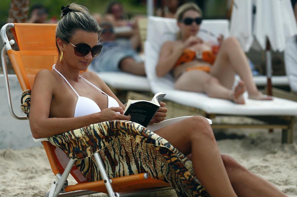 d0ea88a48 Moda na praia  banhistas esbanjam estilo em Jurerê Internacional