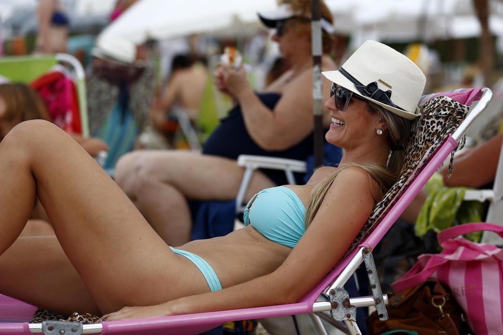 fb6cc098c As belas mulheres de Jurerê Internacional gostam de turbinar o bronzeado.  Biquínis pequenos e top tomara-que-caia são maioria. Por valorizar o busto