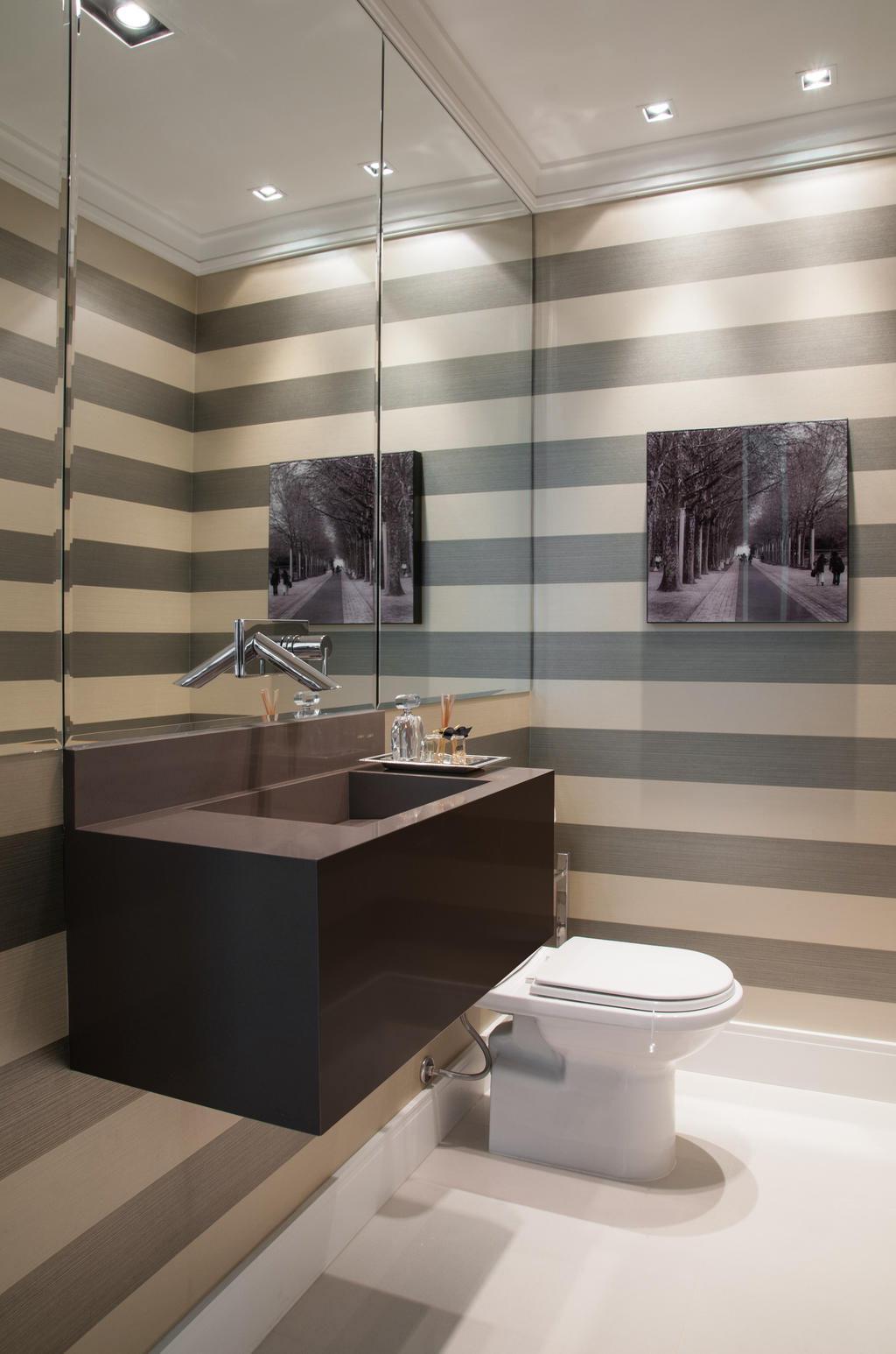 NO BANHEIRO CUBA ESCULPIDA em silestone torneira de parede espelho  #786653 1024x1546 Banheiro Com Amadeirado
