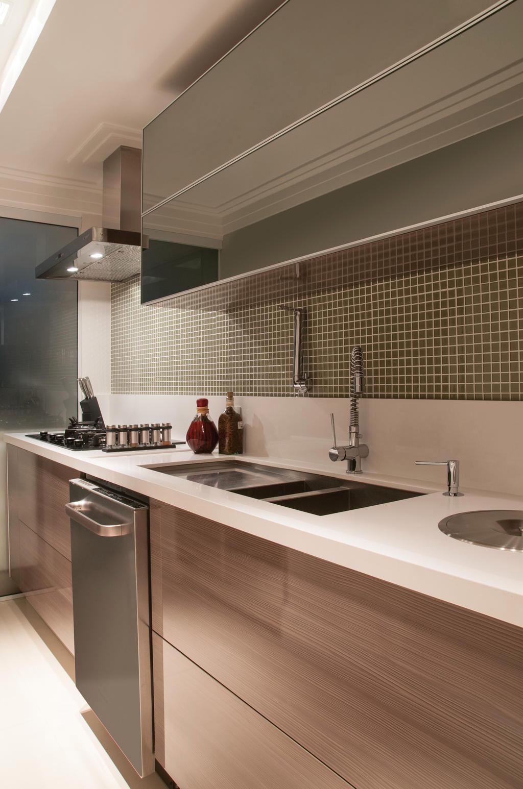 #846447 Na cozinha houve a inclusão de NICHOS GRANDES PARA ARMÁRIOS tão  1024x1546 px Armario De Cozinha Marrom Casas Bahia_1646 Imagens