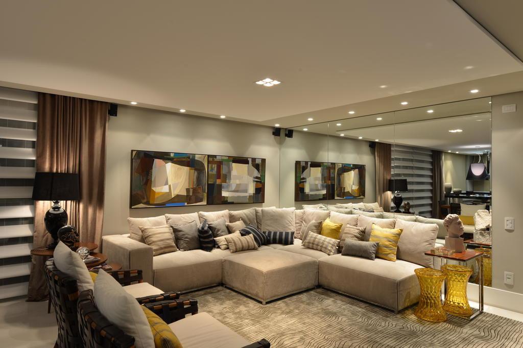 Sala De Tv Com Sofa Amarelo ~ Apartamento de um homem solteiro valoriza a área de convívio comum