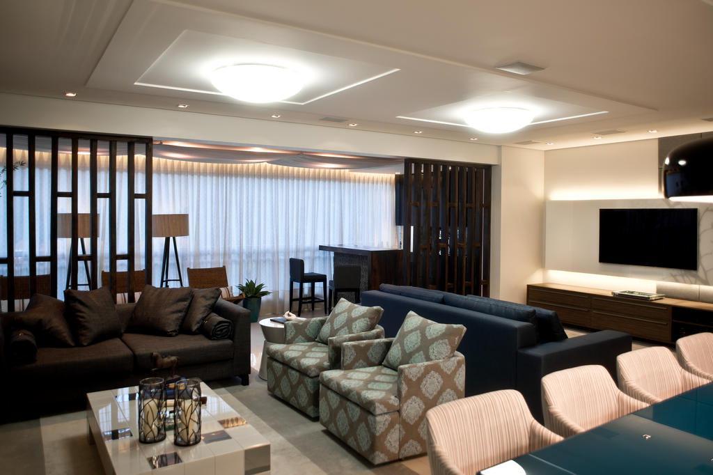 Sala De Estar Sofisticada ~ integrada com a sala de estar e jantar ganhando painéis de madeira de