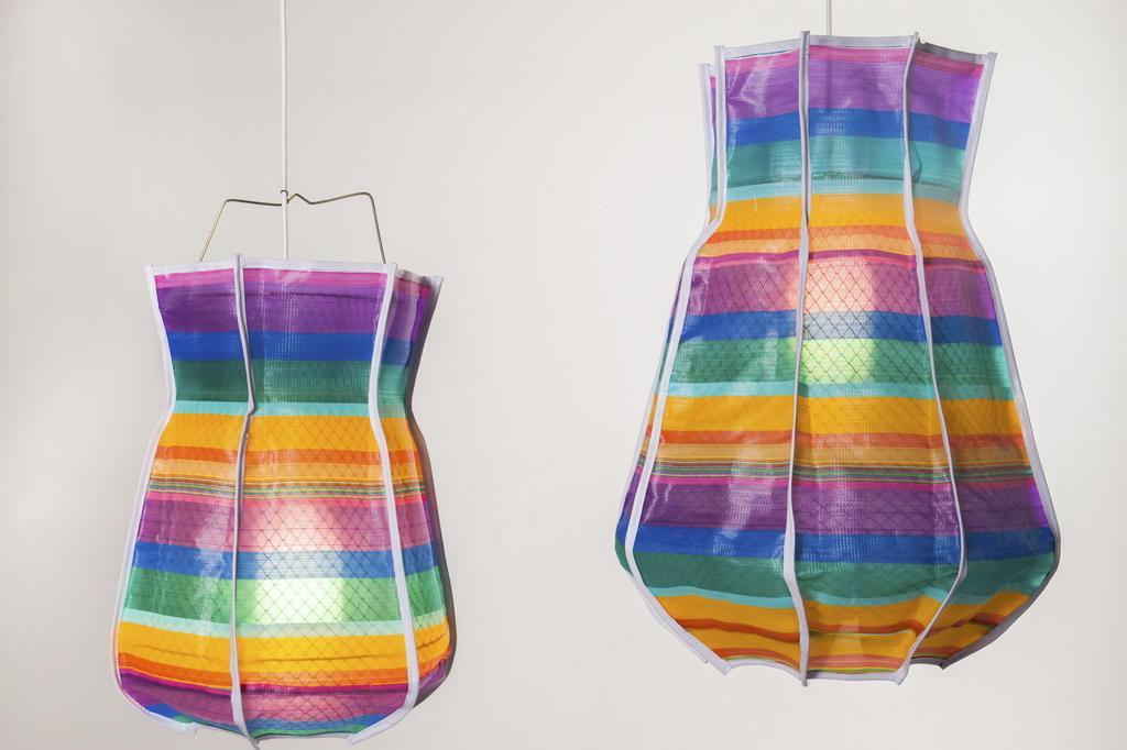 05a924d96 As luminárias Tereza propõem um novo uso para as clássicas telas plásticas  encontradas nas sacolas das feiras livres brasileiras.