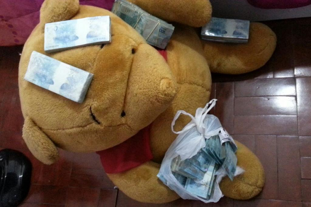 Polícia Federal, na Operação Ex-Câmbio, recolheu dinheiro escondido em urso de pelúcia