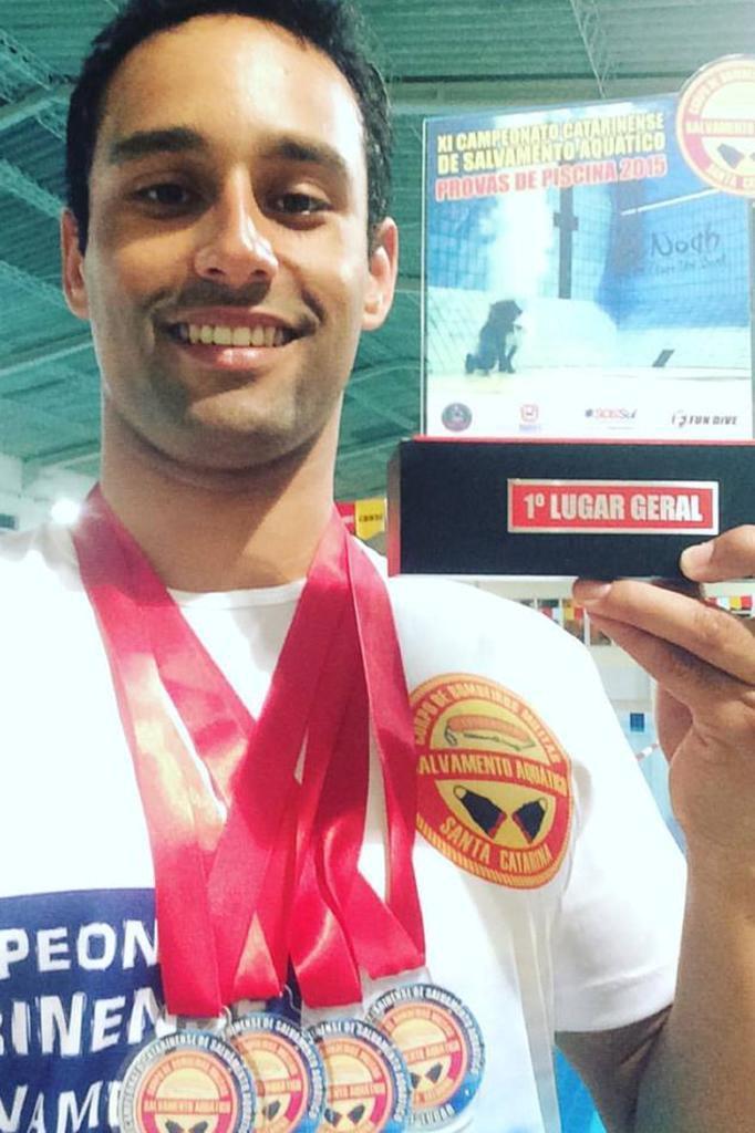 A Equipe de Guarda-Vidas de Florianópolis, às vésperas da Operação Verão, acaba de conquistar o Campeonato Catarinense de Salvamento Aquático. - 17732980